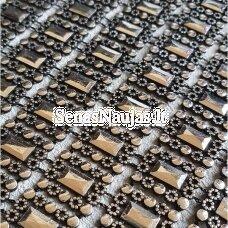 Dekoratyvi juostelė iš stačiakampių, sidabro ir juoda spalva