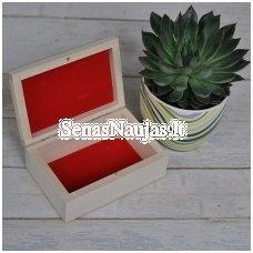 Medinė maža dėžutė su raudonu vidumi