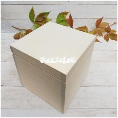 Medinė kubo formos dėžutė